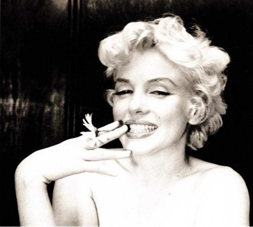 Marilyn-Monroe-with-flower
